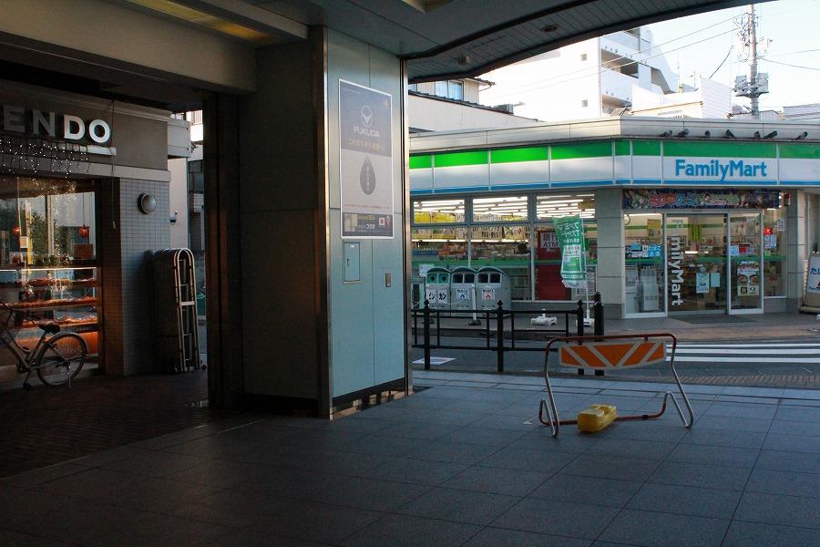 富士見台駅前のコンビニエンスストア